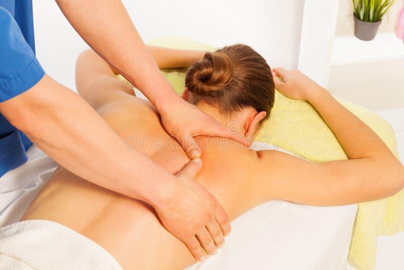 Jovem mulher que relaxa no salão de beleza da massagem dos termas fotografia de stock