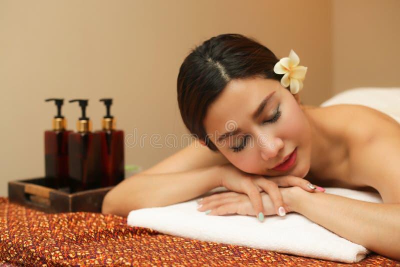 Jovem mulher que relaxa nos termas da massagem fotografia de stock