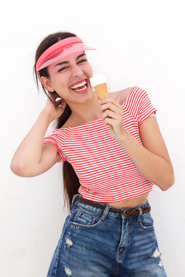 Jovem mulher que ri com o cone de gelado imagem de stock royalty free