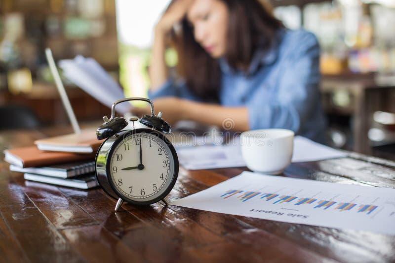 Jovem mulher que senta-se em um caf? com seu port?til, fatigante para o trabalho fotos de stock royalty free