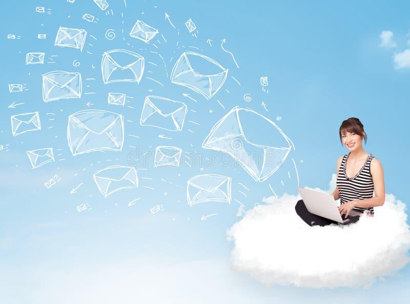 Jovem mulher que senta-se na nuvem com portátil foto de stock
