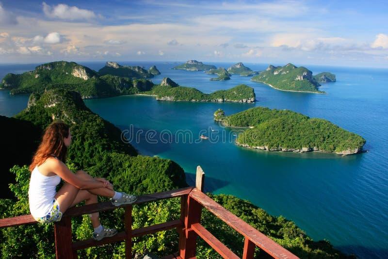 Jovem mulher que senta-se no ponto de vista, Ang Thong National Marine fotografia de stock