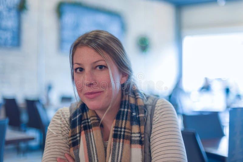 Jovem mulher que senta-se no restaurante fotos de stock royalty free