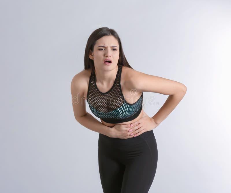 Jovem mulher que sofre da dor abdominal fotografia de stock royalty free