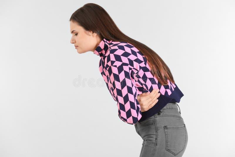 Jovem mulher que sofre da dor abdominal imagem de stock royalty free