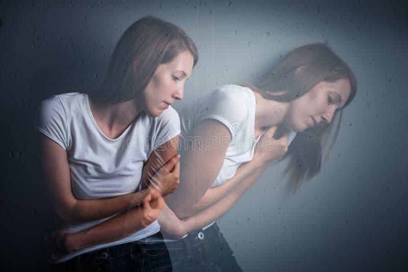 Jovem mulher que sofre de uma depressão/ansiedade severas imagens de stock royalty free
