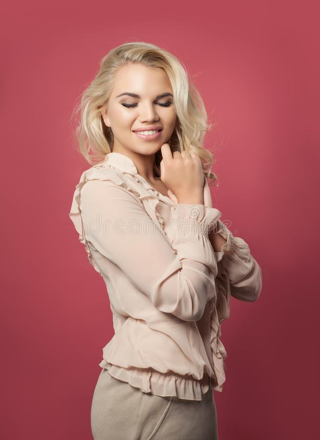 Jovem mulher que sorri no fundo cor-de-rosa colorido, retrato fotos de stock