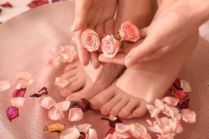Jovem mulher que submete-se ao tratamento do pedicure dos termas no salão de beleza, close up imagem de stock