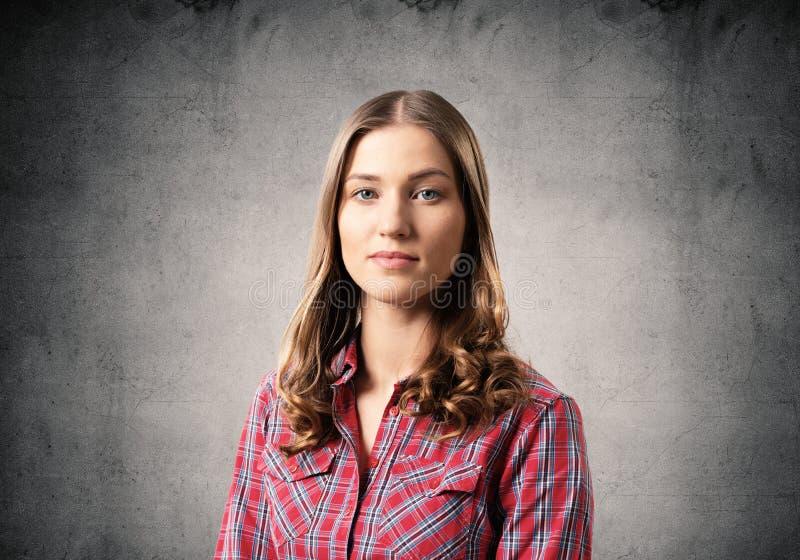 Jovem mulher que tem a cara s?ria e calma imagem de stock royalty free