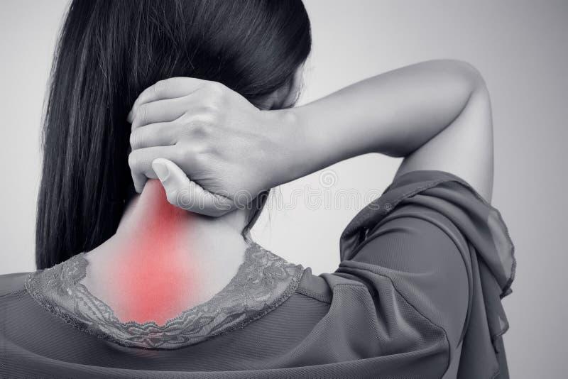 Jovem mulher que tem a dor na parte traseira e no pescoço imagens de stock royalty free