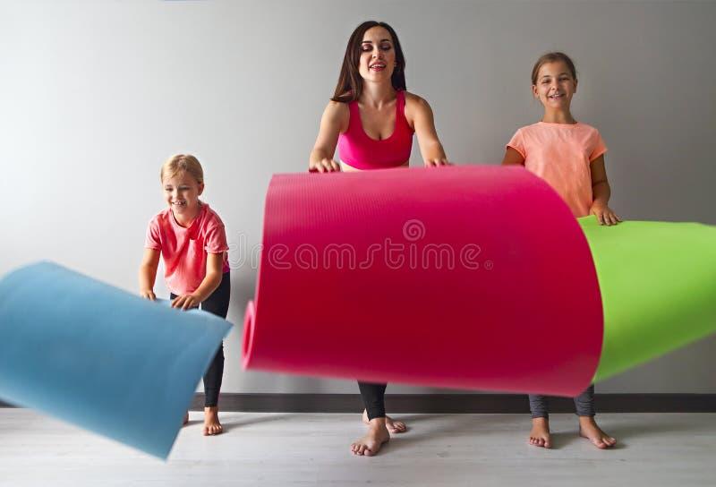 Jovem mulher que tem o divertimento com crianças imagem de stock