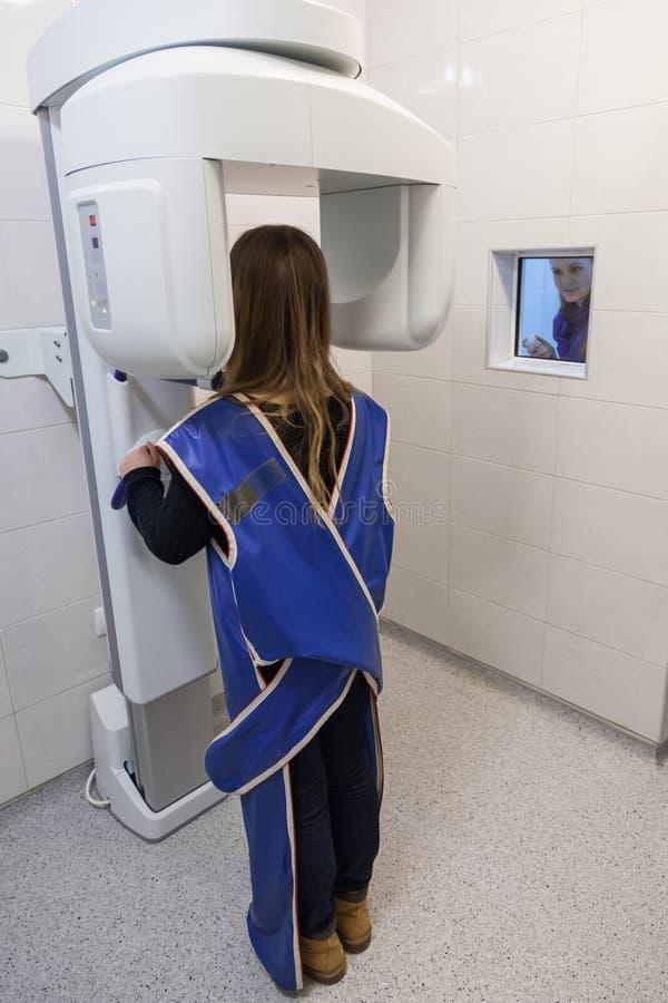 Jovem mulher que tem o raio X panorâmico de Digitas de seus dentes imagens de stock