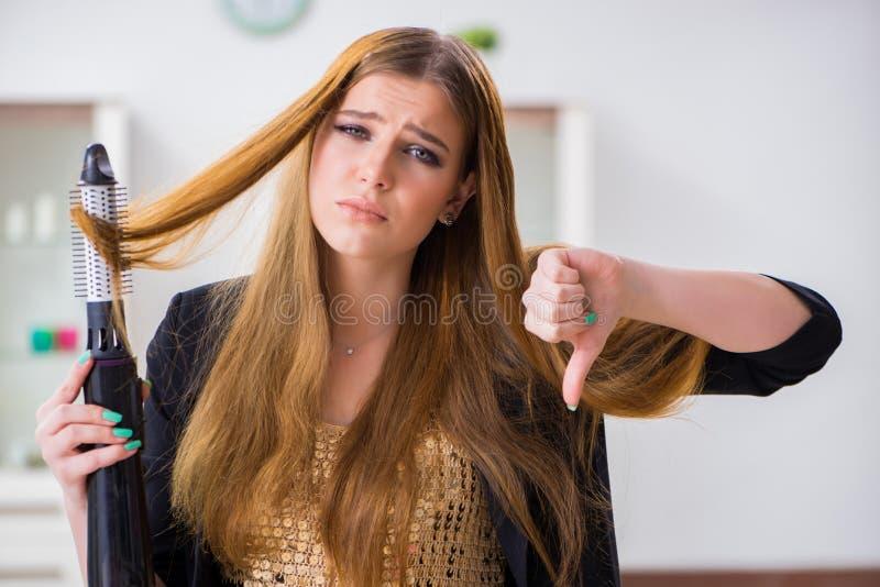 A jovem mulher que tem um dia mau do cabelo foto de stock royalty free