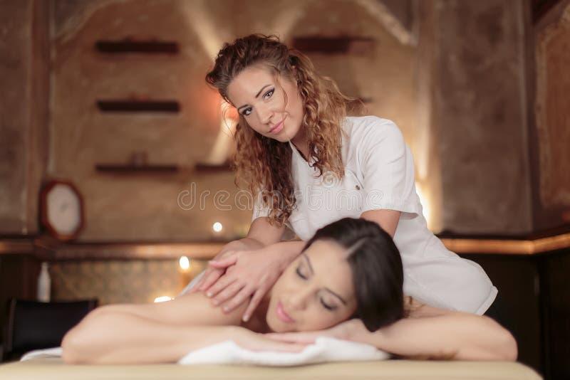 Jovem mulher que tem uma massagem fotos de stock
