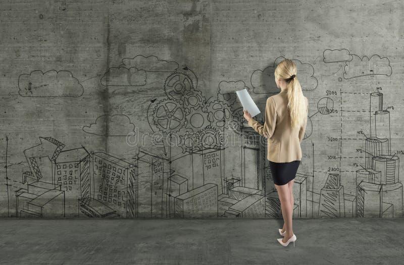 Jovem mulher que tira um esboço do negócio em um muro de cimento 3d rendem elementos na colagem imagem de stock royalty free