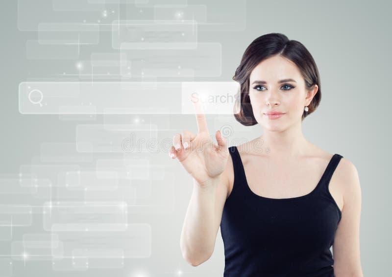 Jovem mulher que toca na barra do endereço na exposição virtual imagem de stock