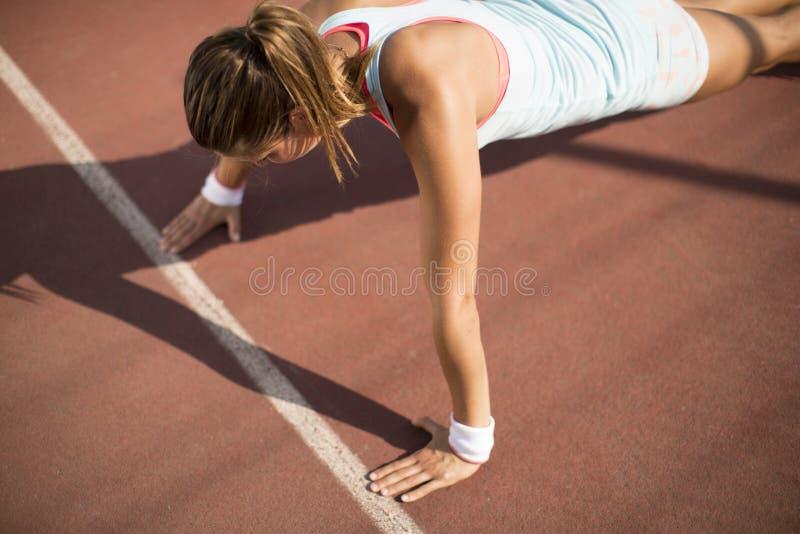 Jovem mulher que toma o exerc?cio imagem de stock