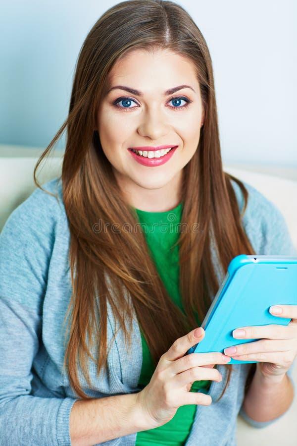 A jovem mulher que trabalha com PC da tabuleta, acolchoa em casa Modelo fêmea imagem de stock royalty free