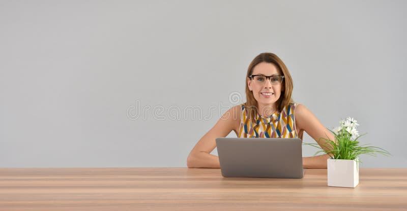 Jovem mulher que trabalha no portátil isolado fotos de stock