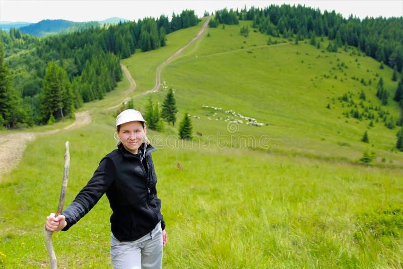 Jovem mulher que trekking nas montanhas de carpathians fotos de stock
