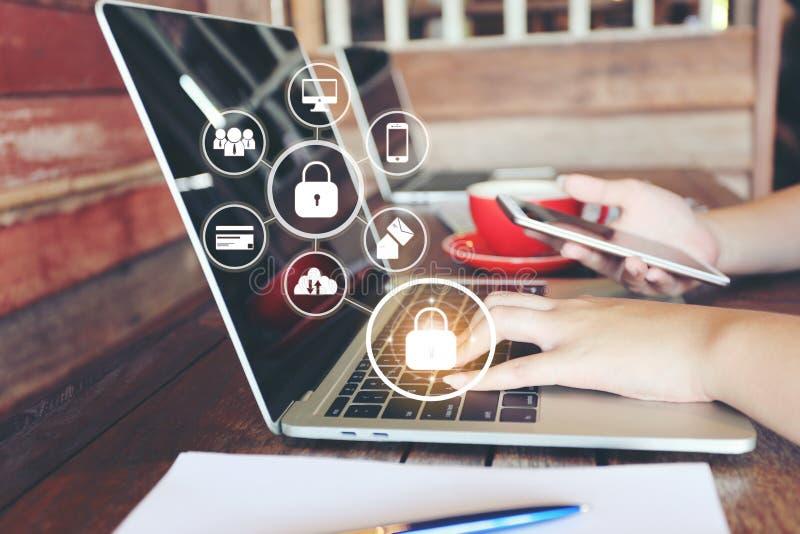 Jovem mulher que usa o laptop e a mão que guardam o telefone esperto móvel com holograma na cafetaria, GDPR Seguran?a do Cyber e foto de stock royalty free