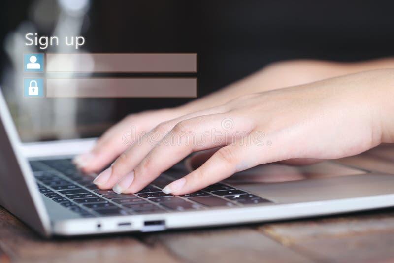 Jovem mulher que usa o laptop e o sinal acima ou para entrar a senha do username na cafetaria, GDPR Seguran?a do Cyber e conceito foto de stock