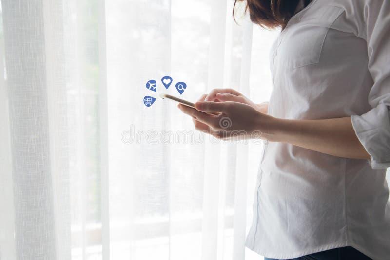 Jovem mulher que usa o smartphone, tabuleta, telefone celular para meios sociais, dados do achado, comprando em linha fotografia de stock