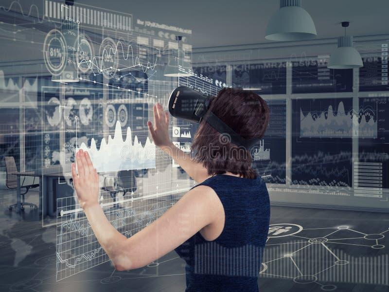 Jovem mulher que usa uns auriculares da realidade virtual fotografia de stock