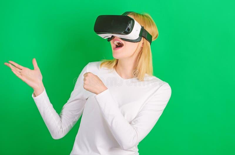 Jovem mulher que usa uns auriculares da realidade virtual com linhas conceptuais da rede Mulher que usa o dispositivo de VR A mul imagens de stock