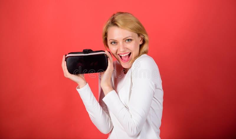 Jovem mulher que usa uns auriculares da realidade virtual com linhas conceptuais da rede Mulher que usa auriculares da realidade  fotos de stock royalty free