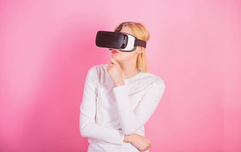 Jovem mulher que usa uns auriculares da realidade virtual Mulher feliz que explora o mundo aumentado, interagindo com a rela??o d fotografia de stock royalty free