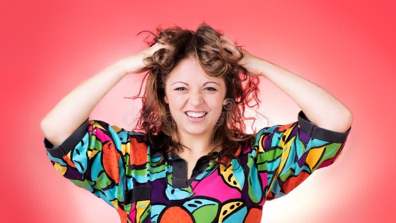 Jovem mulher que veste a camisa brilhante que suja acima seu cabelo, sorriso grande fotografia de stock royalty free