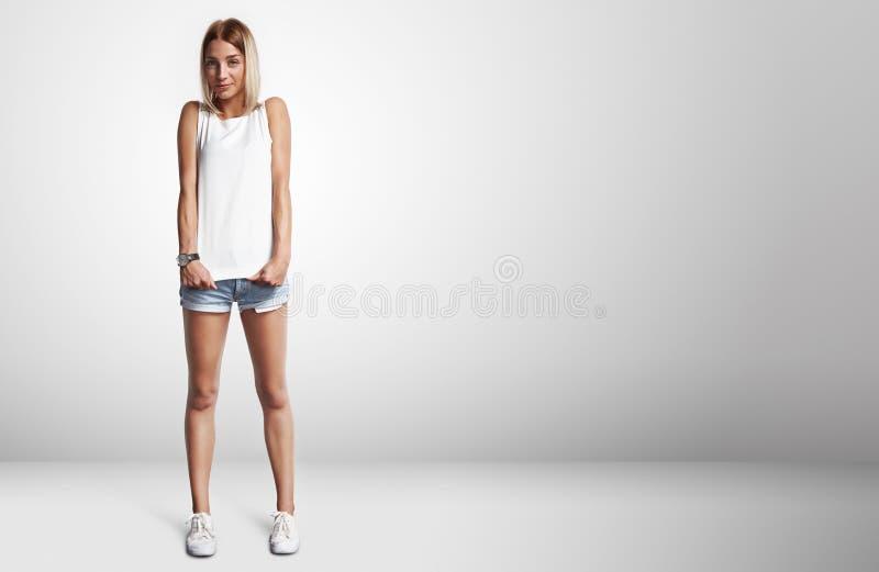 Jovem mulher que veste o t-shirt vazio imagem de stock royalty free