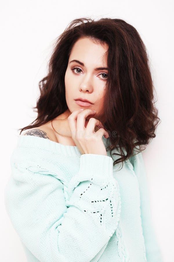 Jovem mulher que veste a roupa ocasional, levantando no fundo branco fotos de stock royalty free
