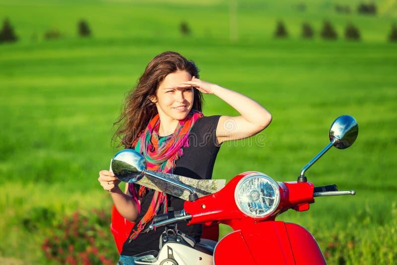 Jovem mulher que viaja por um 'trotinette' imagens de stock royalty free