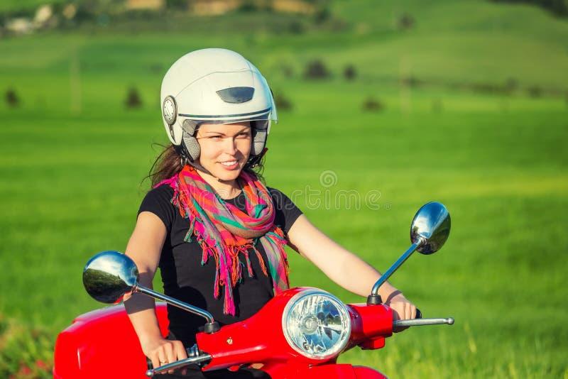Jovem mulher que viaja por um 'trotinette' fotografia de stock royalty free