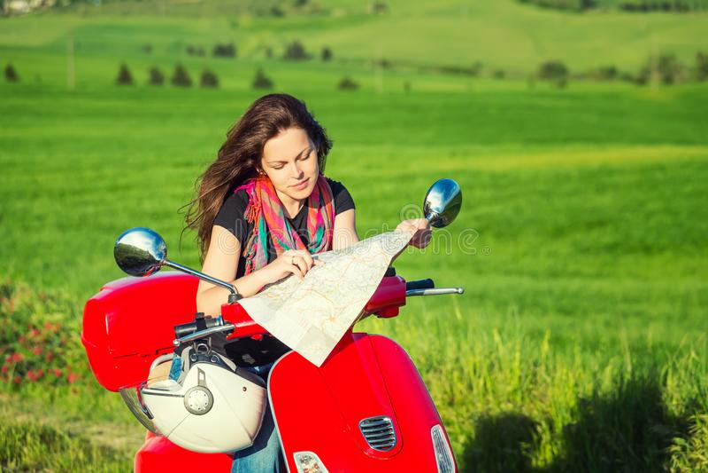 Jovem mulher que viaja por um 'trotinette' imagem de stock royalty free