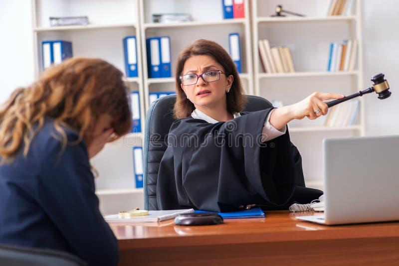 Jovem mulher que visita o advogado f?mea fotografia de stock