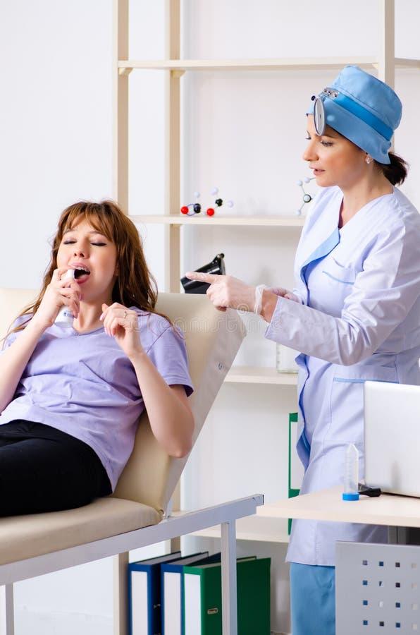 Jovem mulher que visita o otolaryngologist f?mea do doutor imagens de stock