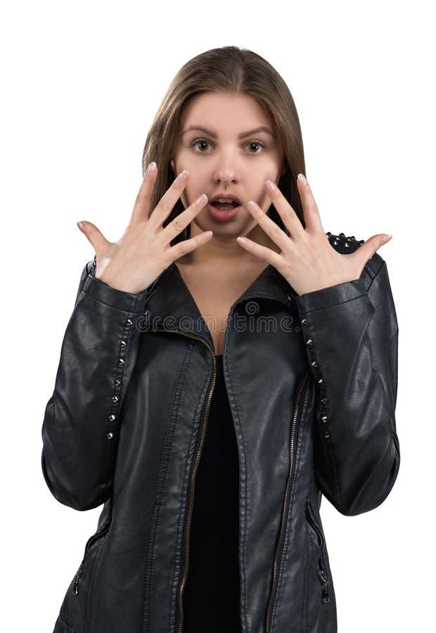 Jovem mulher quente glamoroso em um casaco de cabedal, isolado no fundo branco Rua, estilo da forma da rocha imagens de stock