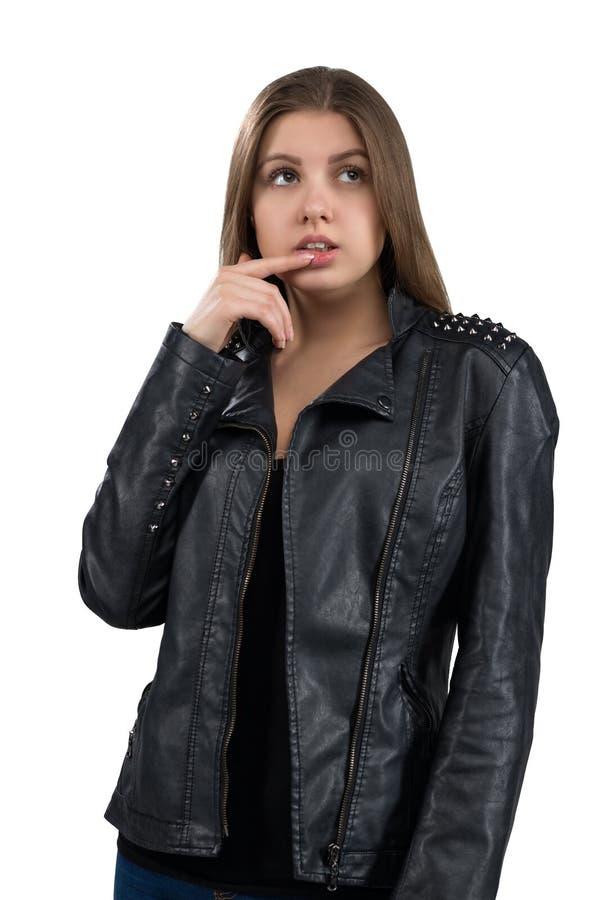 Jovem mulher quente glamoroso em um casaco de cabedal, isolado no fundo branco Rua, estilo da forma da rocha imagens de stock royalty free