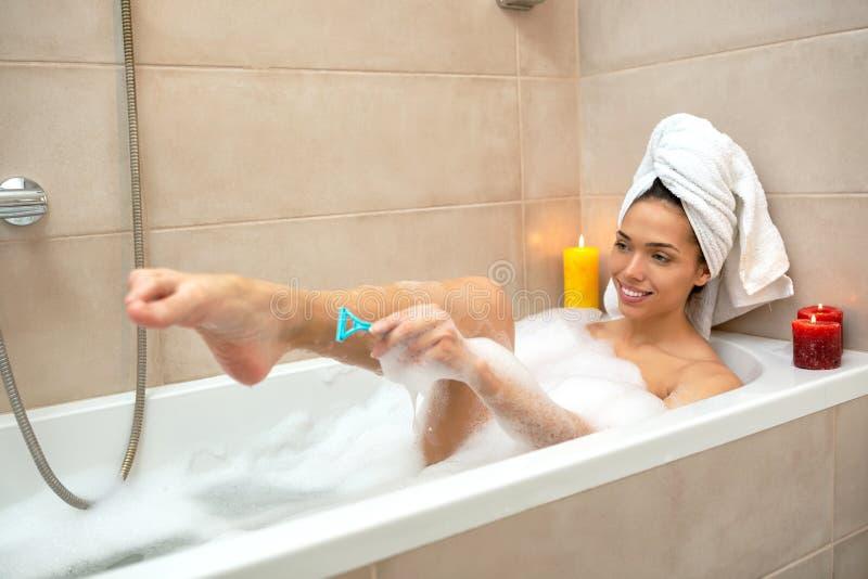 Jovem mulher quente que aprecia o tempo sozinho na banheira fotos de stock