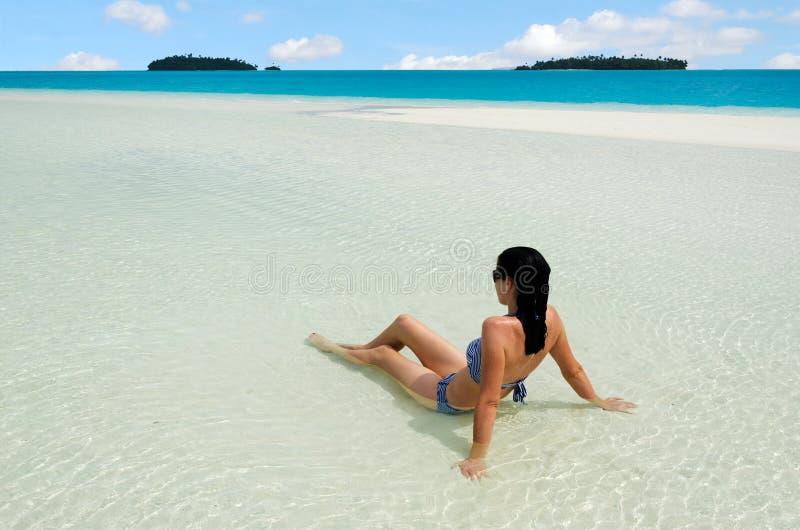 A jovem mulher relaxa no cozinheiro Islands da lagoa de Aitutaki imagem de stock royalty free