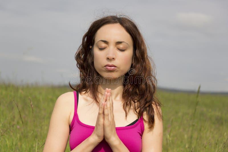 Jovem mulher relaxado fora na natureza que faz a meditação fotografia de stock royalty free