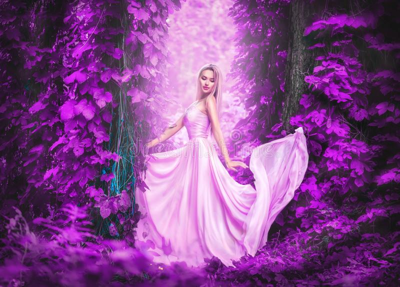 Jovem mulher romântica da beleza no vestido chiffon longo com o vestido que levanta da noiva feliz bonita enevoada da floresta da imagem de stock