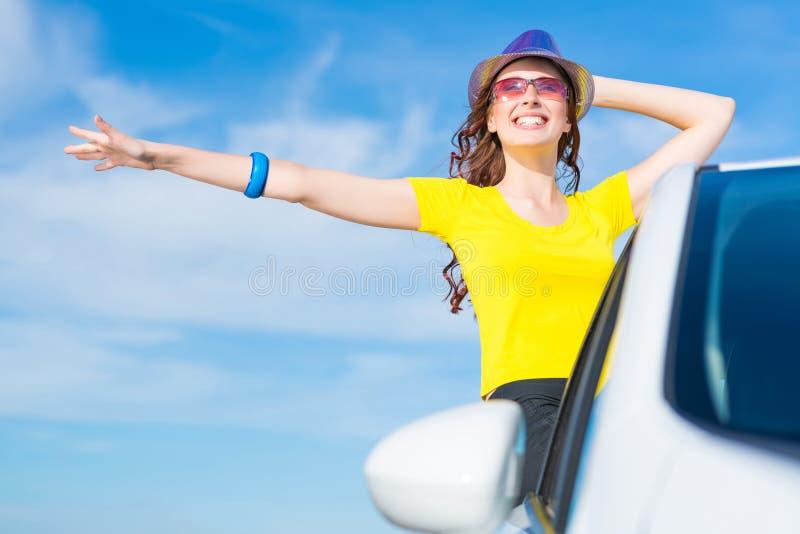 Jovem mulher saída da janela de carro fotografia de stock royalty free