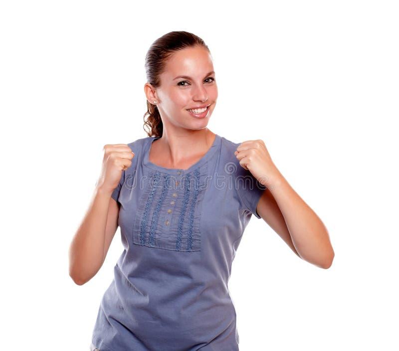 Jovem mulher satisfeita com uma atitude positiva foto de stock royalty free