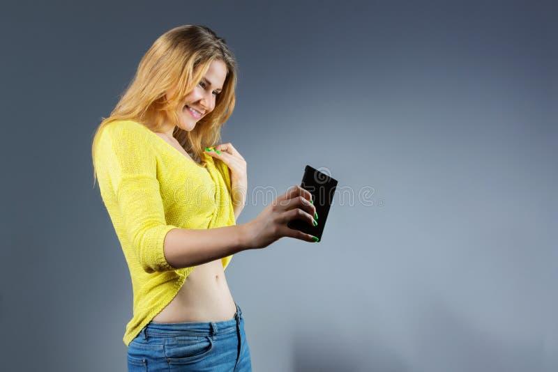 Jovem mulher satisfeita que toma a imagem de seu corpo novo do ajuste fotos de stock