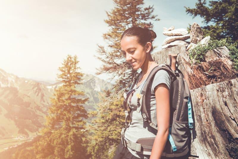 Jovem mulher saudável apta que backpacking nas montanhas imagens de stock