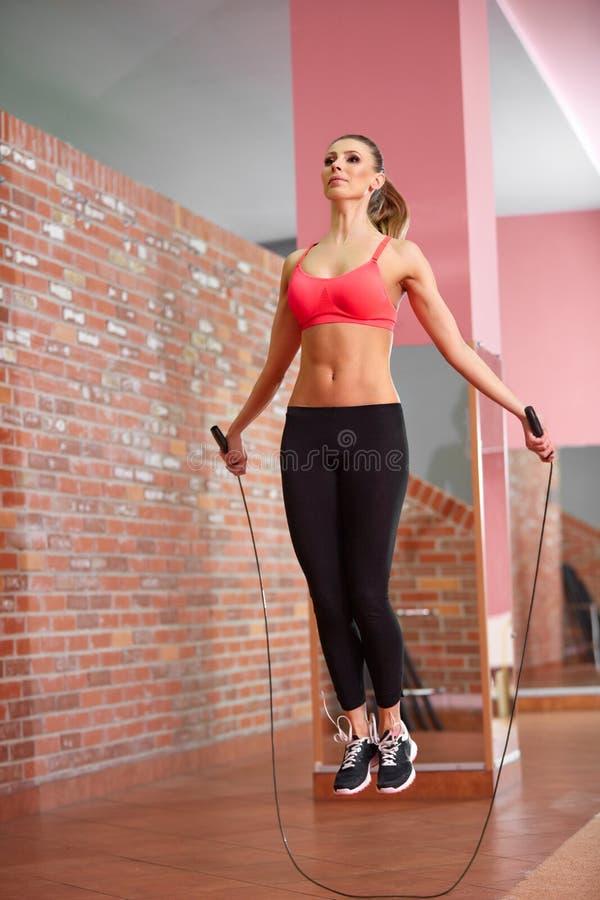 Jovem mulher saudável com corda de salto fotografia de stock royalty free